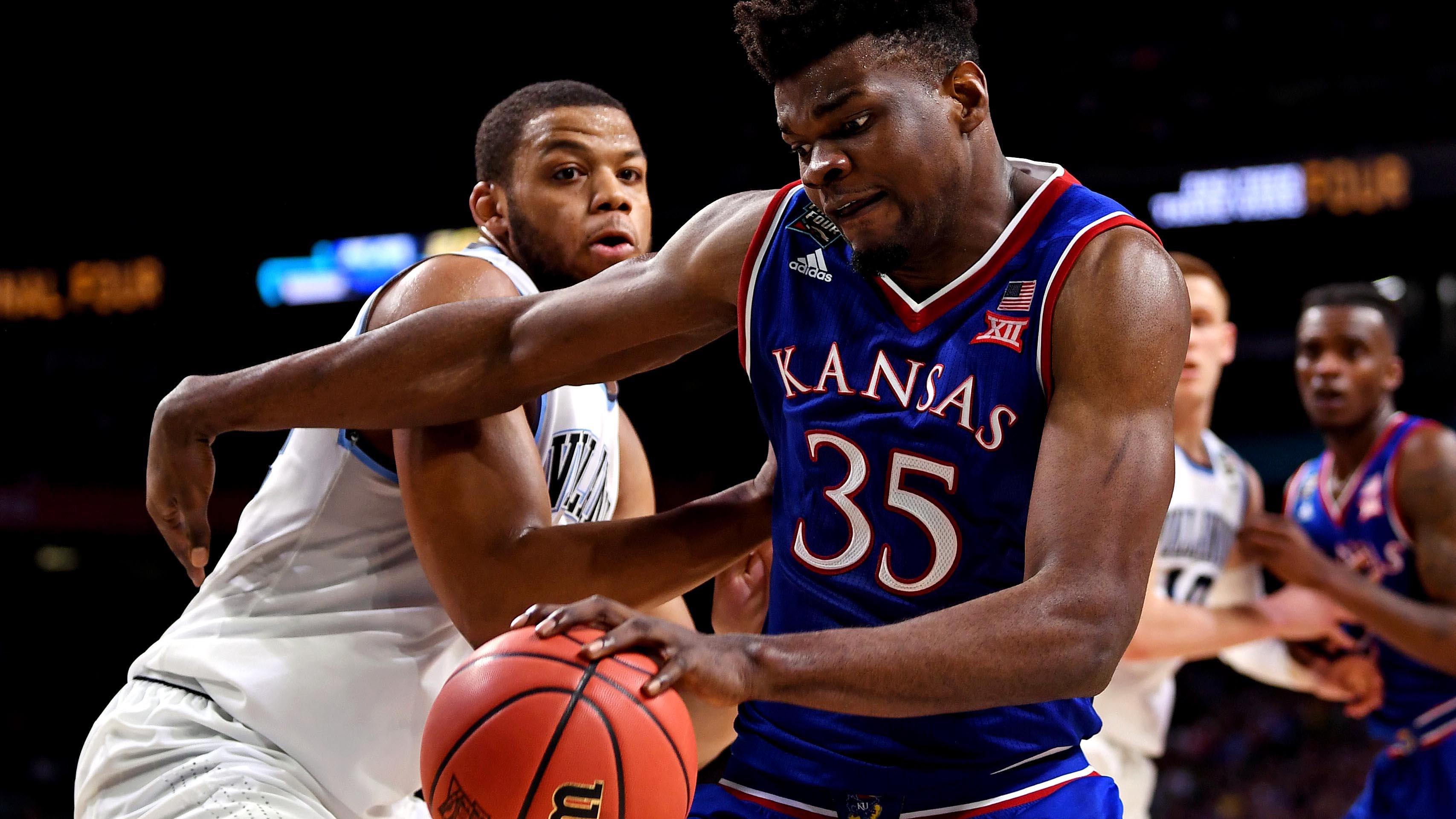 Kansas center Udoka Azubuike drives to the rim